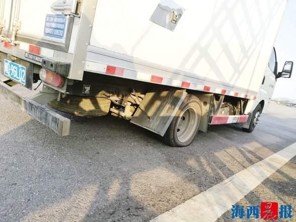 """超载货车高速路上演""""企鹅走""""一查竟超载300%以上"""