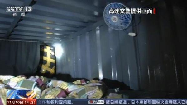 有沙发、有卧铺、有空调厢式货车非法载客被查处