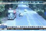 轿车撞伤老人 背停货车承当主要义务!
