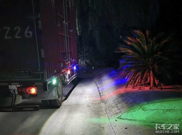 看到车身射灯时,卡友:夜里不怕被晃眼