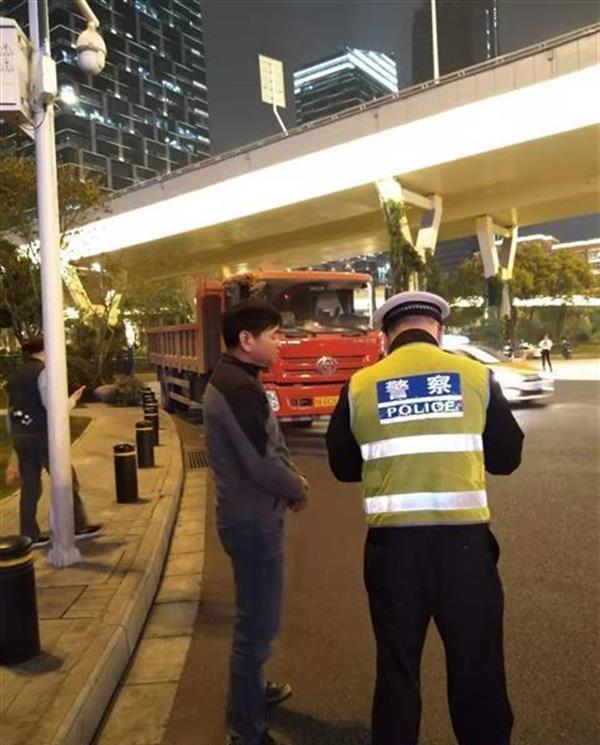 严查货车超限超载武汉交警一夜查扣38辆违法货车