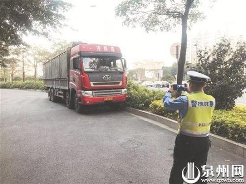 货车扎堆违停宝洲街非机动车道交警整治劝离7辆处罚2辆