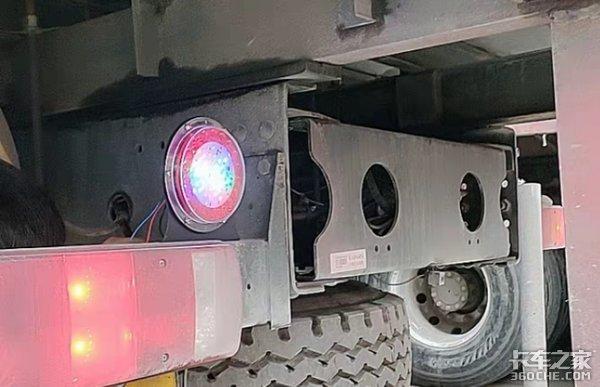 你以为装警示爆闪灯就能保证行驶安全?实不相瞒,后车气到想打人!