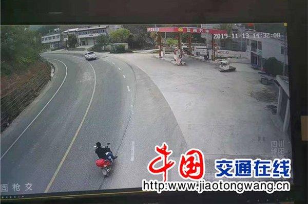 """驾驶员很受伤皮卡""""盲区""""剐蹭摩托车"""