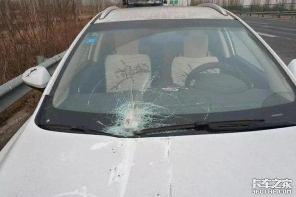 货车高速路行驶刹车鼓突然爆裂碎片飞溅连砸两辆轿车
