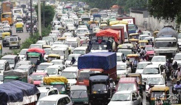 至少14人死亡、18人受伤印度一辆公交车被货车撞翻