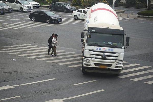 南京电子眼抓拍重中型货车右转弯不让行