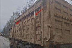 云南一货车为超载栏板竟带液压起落装配