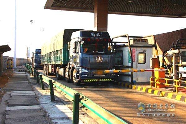 沪昆高速贵溪收费站货车入口称重检测超限超载货车将被劝返
