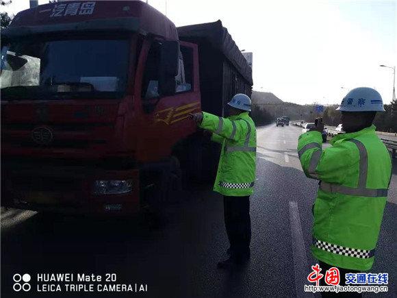 山西平鲁:交警大队加强对重型货车的管控力度
