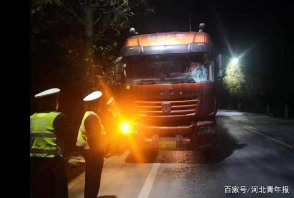 广西一辆大货车开远光灯被对向罐车砸矿泉水瓶!