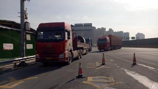 山东高速限载首日4小时30多辆货车被查