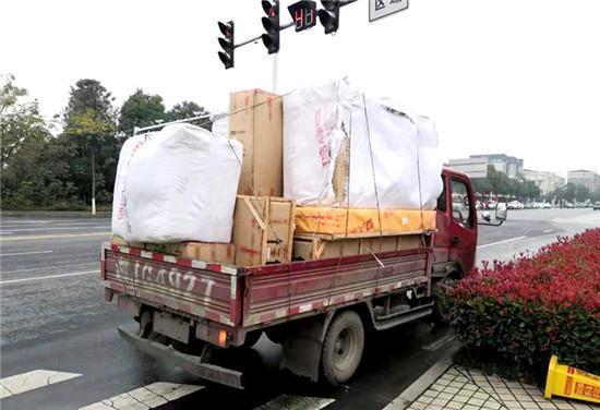 """货物比车头高出1米被拦停交警科普各类货车的正确""""身高"""""""
