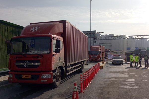 山东高速禁行超限超载运输车首日:济南三处高速收费站30辆货车被查处