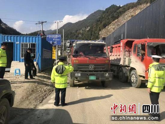 罚16500拘5天大货车超载33吨强行冲关