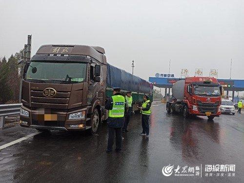 劝返超限超载货车72辆临沂高速入口拒超首日告捷