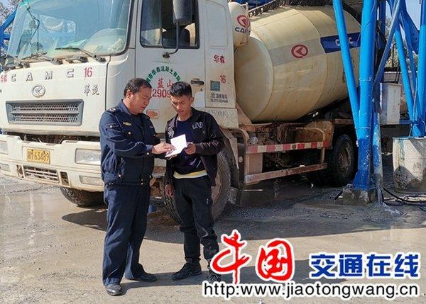 湖南蓝山:开展《超限超载治理办法》宣传活动