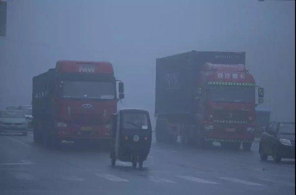 突发团雾37车连撞卡友们'雾'必小心!