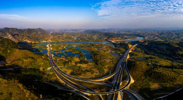 最美边关路:崇左至水口高速公路建成通车