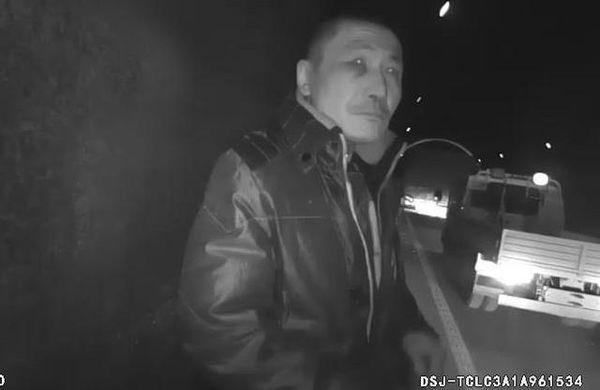 隧道内货车司机与副驾驶扭打酿车祸!