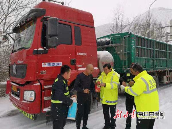甘肃部分高速公路交通管制雪大路难行过往车辆注意绕行了