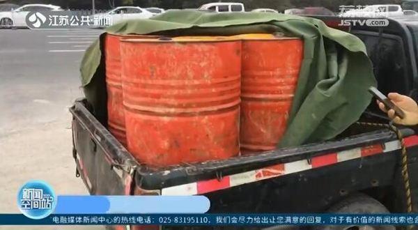 交警惊出一身冷汗皮卡拉了4大桶柴油还超载了