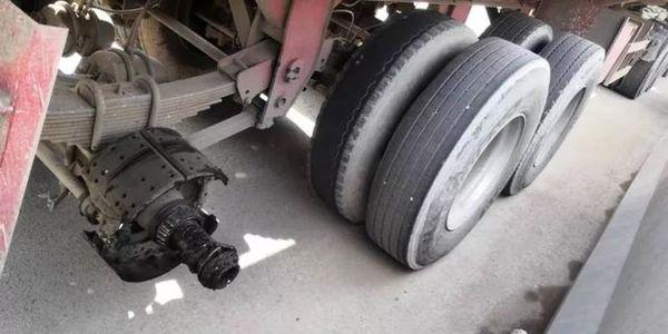 """咋回事?货车跑着轮胎没了司机一头雾水轮胎""""飞了""""到底该咋办"""