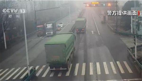 险!无牌货车组队闯红灯民警:为什么拦你没数吗?