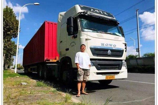 货车车主遇事故小车司机舍身相救货车家属十分感激