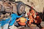 行车注意安全 货车四轮朝天 众人齐心解救终脱险