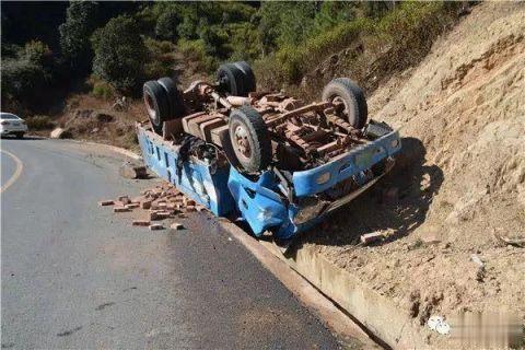 行车注意安全货车四轮朝天众人齐心解救终脱险