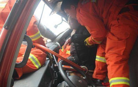 安徽货车与轿车追尾货车车头尽毁坏