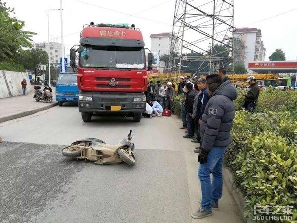 骑车被货车撞,骑车人负全责,家属一通歪理令人无语,交警霸气回怼