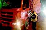 货车超载遇检查 司机锁车跑了交警找开锁公司开门后取证处罚