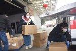 货车司机星夜兼程 百万口罩送进武汉