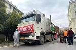 卡友穿着厚厚的防护服 30吨蔬菜送武汉