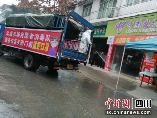 """机智!司机将货车改装成""""防疫消毒宣传车"""""""