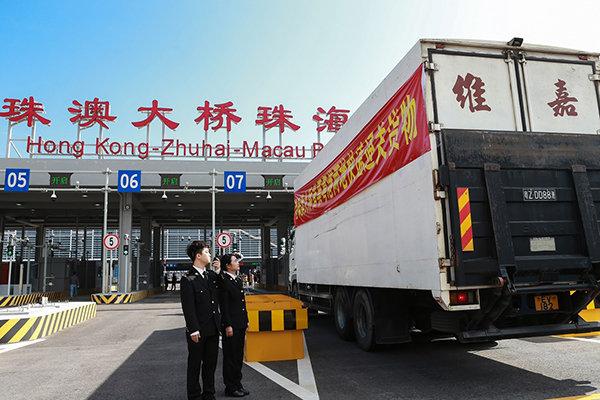 """香港跨境货车司机入境""""过三关"""":验身份量体温货清关"""