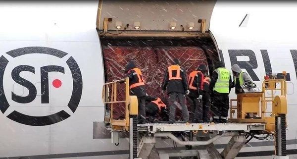 共克时艰!邮政、快递企业累计承运防疫物资超10000吨