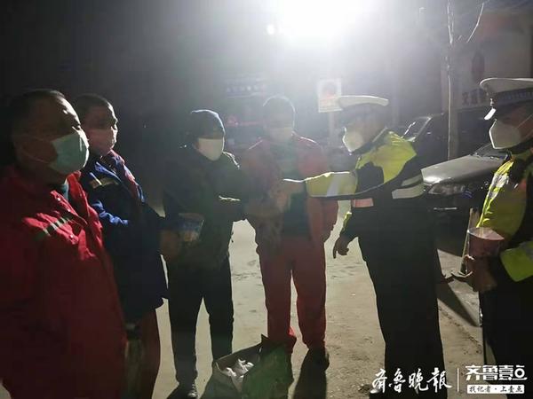 饿坏了!深夜他们在聊城高速口正犯愁执勤交警拿出自用物资