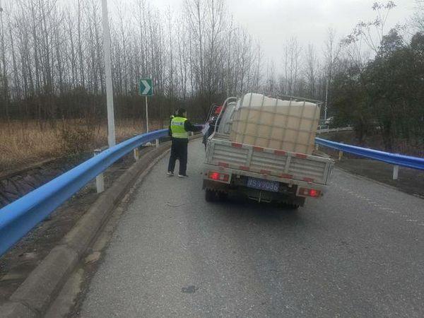 向医院送防疫物资的货车被困仨部门迅速救援
