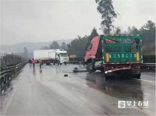 抗疫红十字救援队员遇失事大货车开展紧急救援