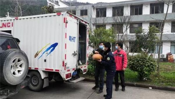暖新闻|小货车开进高速路政,村民自发送来蔬菜