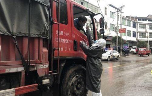 战疫情,卡车司机负重前行中国道协呼吁各界关爱他们确保运输通畅!