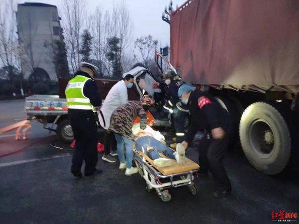 危险!面包车头钻进货车尾部有1人被困
