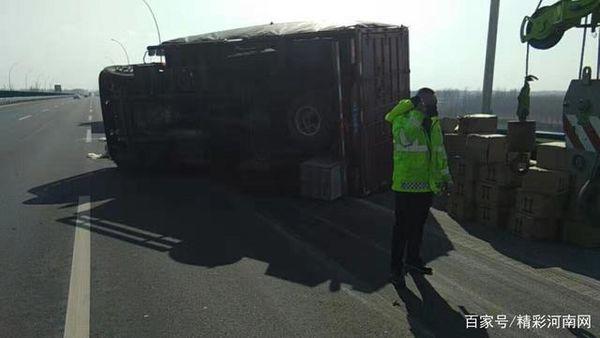 防疫物资货车高速爆胎侧翻交警紧急救助护送驶离