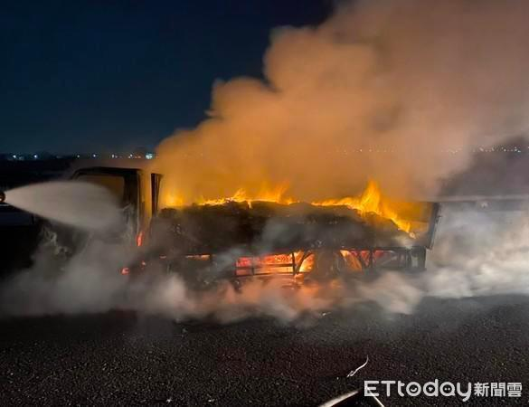 货车起火燃烧巨大火势瞬间将货车烧成废铁