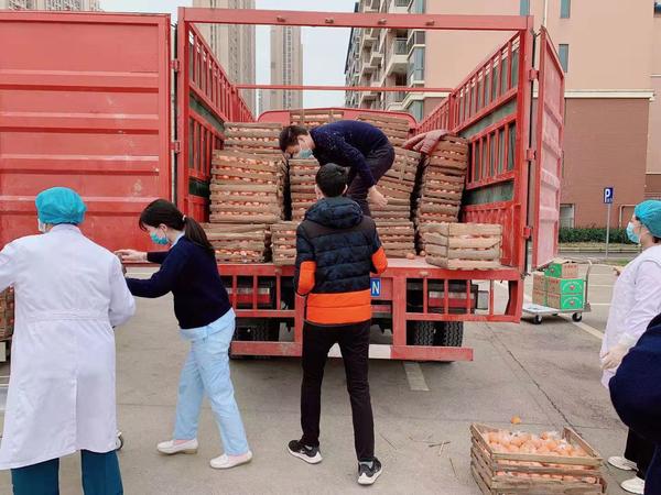 地上铁在行动爱心车队为前线医护人员补充15吨橘子