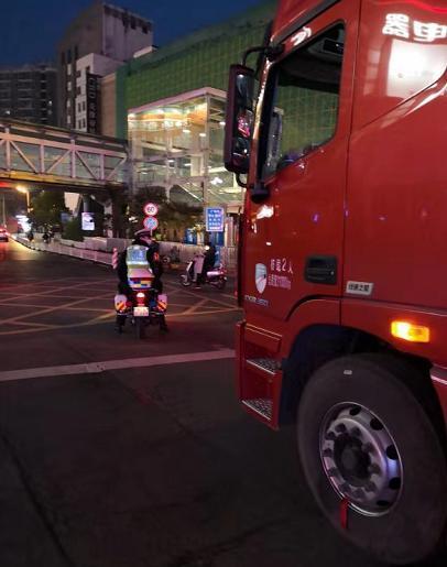 运送防控应急物资货车'迷路'交警出手