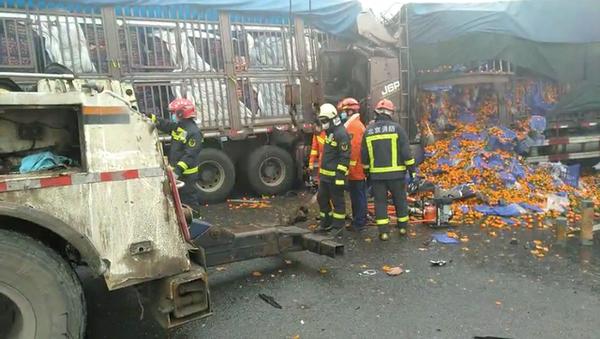 通州三辆货车连环追尾消防员徒手救人